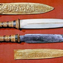 tuts two knives