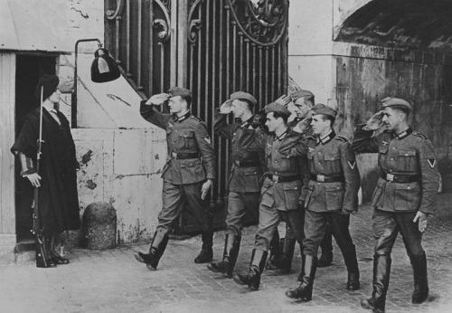 Germans salute Swiss Guard at Vatican