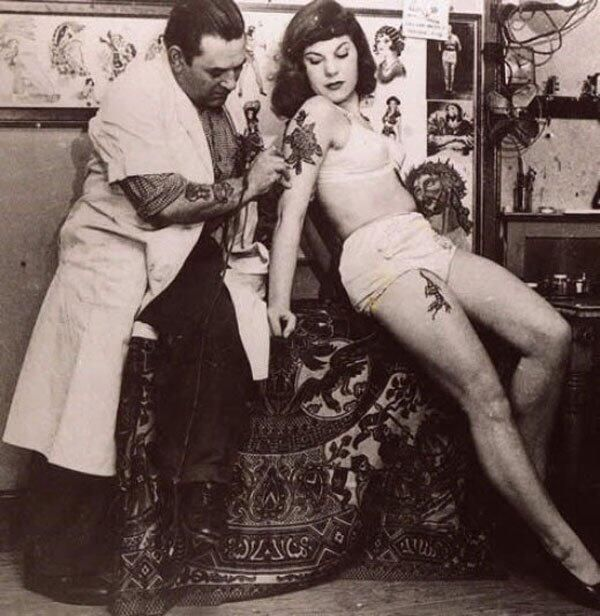 Daily History Picture: Tattooing 1940s